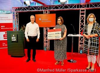 Schulleiterin Birgit Schmidt von der Grundschule Nunkirchen freute sich, stellvertretend für alle 19 Grundschulen, über eine Spendensumme von 16.150 Euro. Den Spendenscheck übergaben Anke Rehlinger (rechts) und Frank Jakobs.