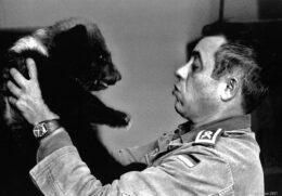 Werner Freund mit Bärenbaby