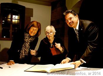 Esther Bejarano trägt sich in das goldene Buch der Stadt Saarlouis ein. Unser Foto zeigt (vrnl) OB Roland Henz ( ϯ ) Esther Bejarano ( ϯ ). Bürgermeisterin Marion Jost