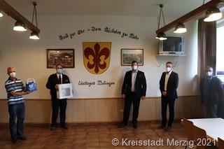 Unser Foto zeigt Auf dem Foto sind zu sehen (v.l.n.r.): Matthias Hurth, Robert Steinhauer, Armin Streit, Bürgermeister Marcus Hoffeld und Markus Glesius. bei der Überreichung