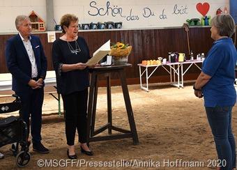 Bei der Verleihung. Unser Foto teigt (v. l.n.r.) Landrat Patrik Lauer, Ministerin Monika Bachmann, Petra Jenal