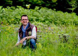 Reinhold Jost in einer Blühwiese