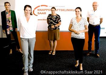 Eröffnung des Projekts Selbsthilfefreundliches Krankenhaus, Knappschaftskrankenhaus Sulzbach. V.l.: Dr. Marion Bolte (Ärtzl. Direktorin KKSaar), Karina Klar-Reinert (Leiterin KISS), Anna Strauß (Leiterin Qualitätsmanagement KKSaar), Nina Jungmann (KISS). Ralf Beckstein (Direktor Stabsstellen KKSaar)