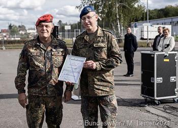 Oberst Mathias Reibold (l ) überreichete eine Dankesurkunde an Oberfeldarzt Dr. Oliver Wiß (zweiter von links) für hervorragenden und vorbildichen Dienst