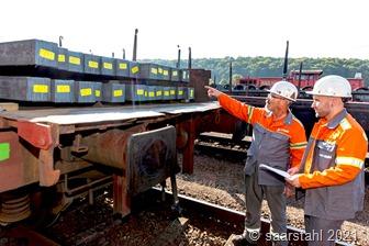 Foto_1Mitarbeiter von Saarstahl prüfen in Burbach die CO2-reduzierten Stahlknüppel von Saarstahl Ascoval.