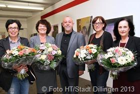 Bürgermeister Berg beglückwünscht die Künstlerinnen zu ihrem neuen Atelier