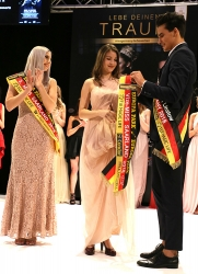 Miss Saarland 2018 - Der amtierende Mister Germany Pascal Unbehaun legt der Zweitplatzierten Michelle Rennertz (18) aus Saarlouis die Schärpe um